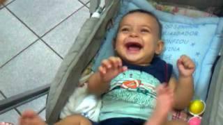 Bebê rindo ao rasgar o papel