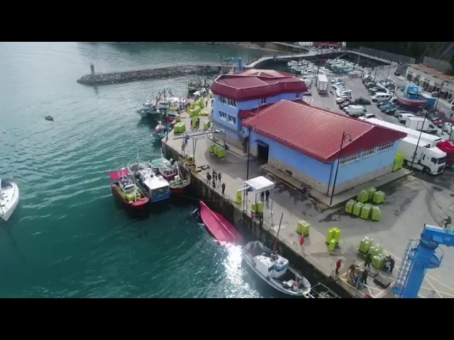 El pesquero Alvi de Santoña se hunde en el puerto asturiano de Lastres