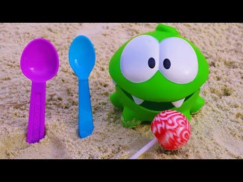 Мультфильм Ам Ням (Om Nom) в песочнице. Игрушки и игры для малышей. Развивающее видео