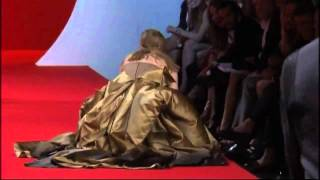 Catwalk fail: Model falls over 3 times