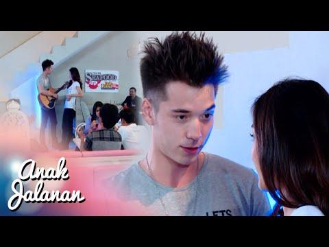 Romantisnya Boy Main Gitar Didepan Reva [Anak Jalanan] [1 April 2016]