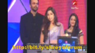 """Shreya Ghoshal receiving """"Best Singer Female"""" at big star entertainment award 2011 for teri meri"""