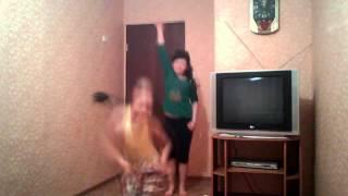 красивая девочка танцует по именю гульжайна
