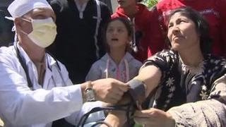 Российские военные врачи лечат сирийцев лекарствами, продуктами и добрым словом