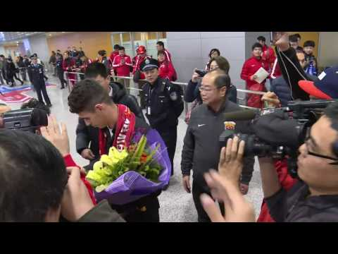 Oscar arrives in Shanghai after signing from Chelsea