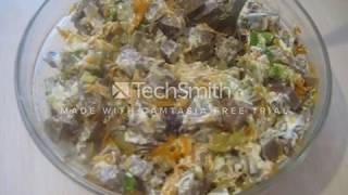 теплый салат с говяжьим сердцем и маринованным огурчиком