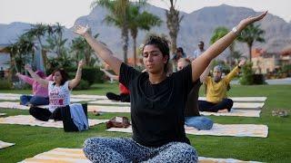 بـ«اليوجا».. سيدات يبحثن عن السعادة في ورشة بـ«السخنة»