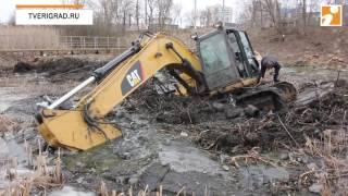 В Твери в реке Лазурь утопили 20-тонный экскаватор стоимостью 5 млн рублей Video