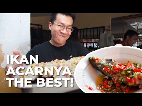 Rebutan Kursi Untuk Ikan Acar di Warung...