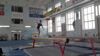 Спортивная гимнастика. Выступление на бревне юной гимнастки.