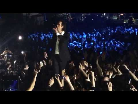 Nick Cave jumps into the crowd - the weeping song - live in Athens 2017