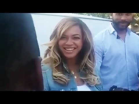 A fan sings to Beyonce and she laughs