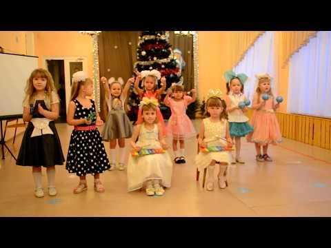 Новогодний утренник в детском саду. Дети играют на музыкальных инструментах