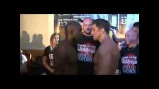 Boxeador gay besa en la boca al oponente antes del combate