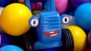 Синий трактор на детской игровой площадке в городке Little Star - Игра Паутинка