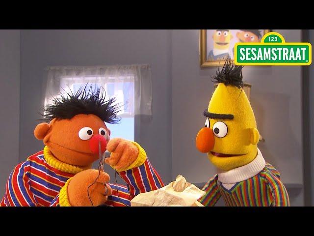 Ernie deelt dropveter - Bert & Ernie - Sesamstraat