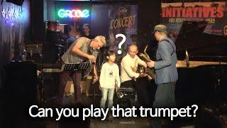 프랑스 재즈카페 무대로 나와 놀라운 트럼펫 실력을 보여…
