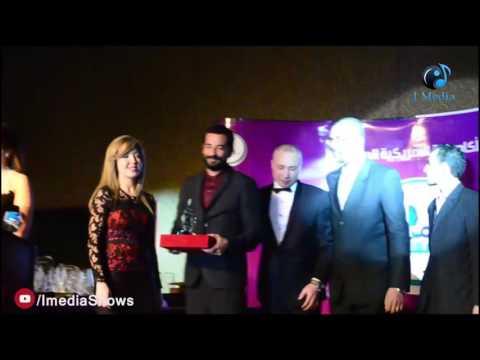 حفل الأكاديمية الأمريكية الدولية | لحظة تسلم النجم عمرو سعد الجائزة بلوك جديد وصادم !