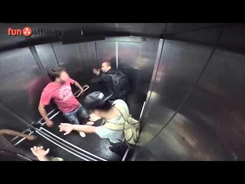 Este hombre no puede aguantar las ganas y lo hace en el ascensor.