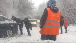 Смотреть видео Самый сильный снегопад в Москве 4.02.2018. Когда проще толкать. онлайн