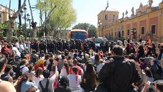Protesta en Sevilla a la llegada del autobús de Hazte Oír