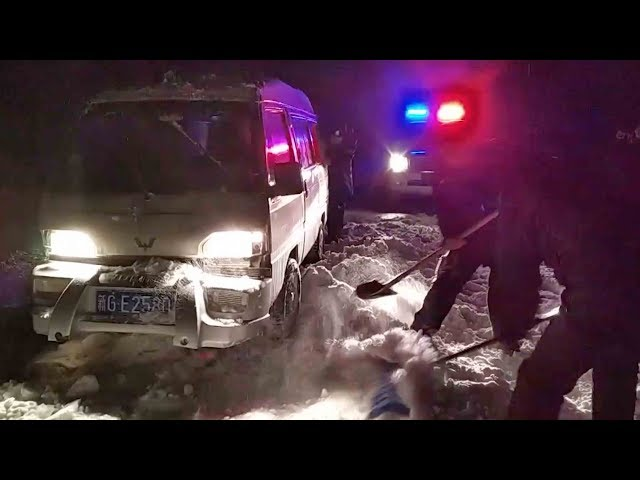 Police rescue 12 trapped in snowdrift in NW China