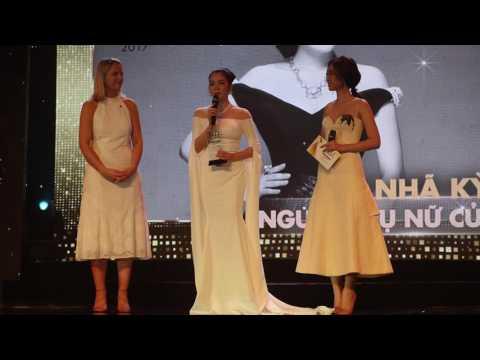 Lý Nhã Kỳ cảm ơn Ngô Thanh Vân và Mỹ Tâm đã nhường giải Người phụ nữ của năm