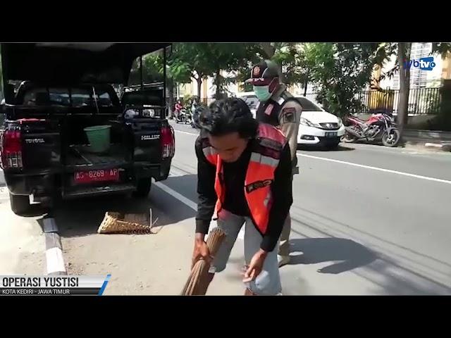 Melanggar Prokes, Pelanggar Disanksi Menyapu Jalan Raya