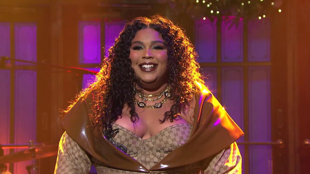 Lizzo Asks Fans to 'Give Me 6 feet' [VIDEO]