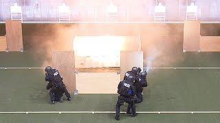 警視庁、神奈川県警SAT合同訓練=実弾連射、閃光弾投てき、狙撃で犯人制圧 thumbnail