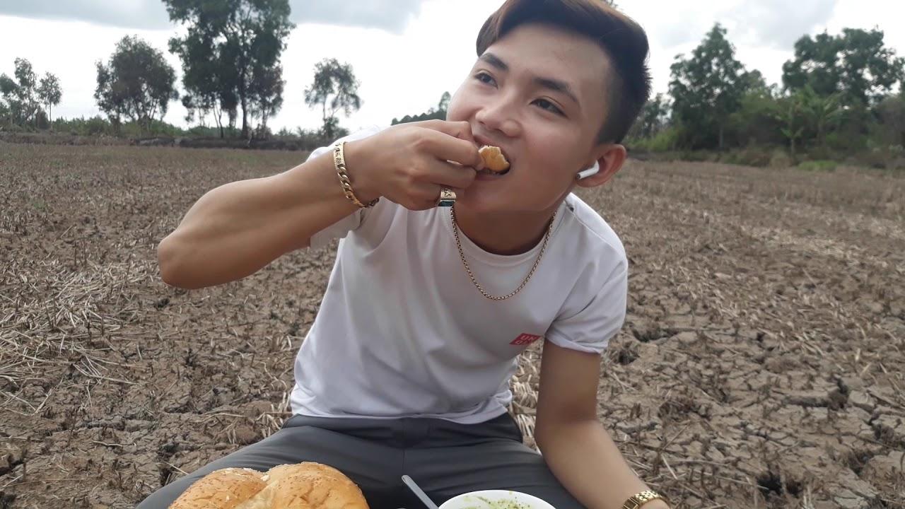 Cari ếch nấu với nước cốt dừa béo ngậy..ăn với bánh mì siu to khổng lồ giửa cánh đồng bao la