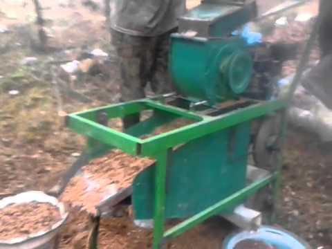 Самодельный комбайн для обработки кедрового ореха в действи