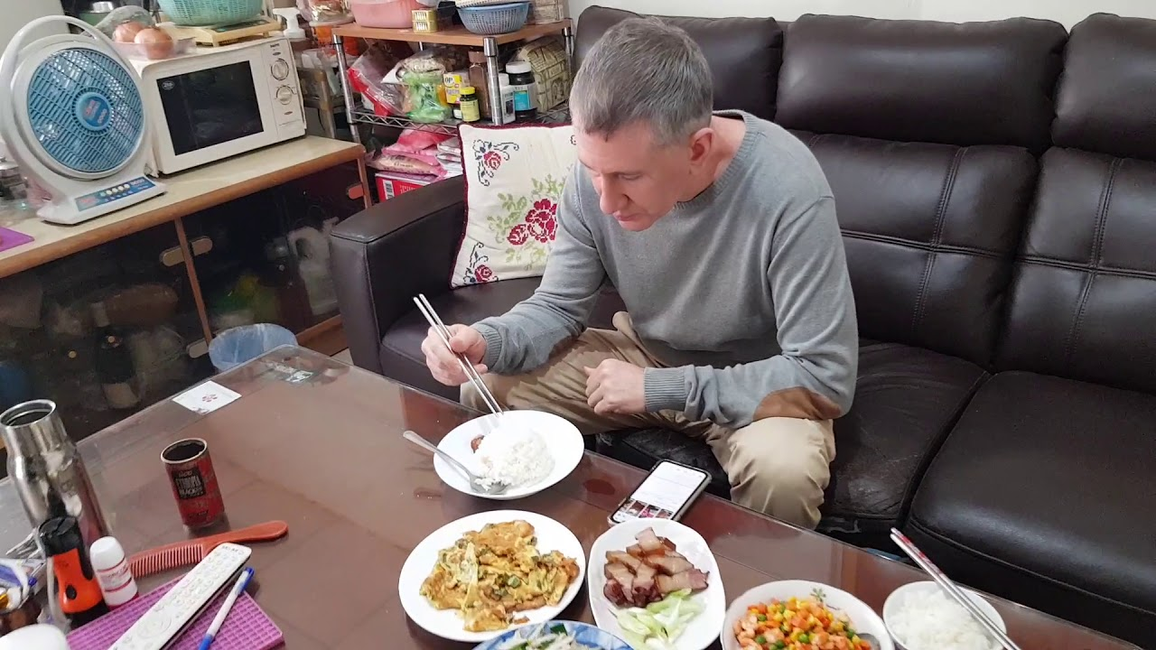 美國先生享用媽媽煮的大餐!American enjoys Taiwanese mom's homemade delicacy!