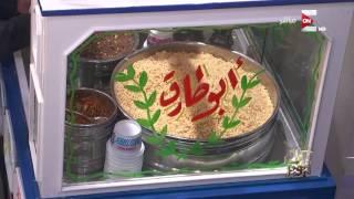 كل يوم - الحج ابو طارق بيعمل بنفسه طبق كشري مخصوص لـ عمرو اديب