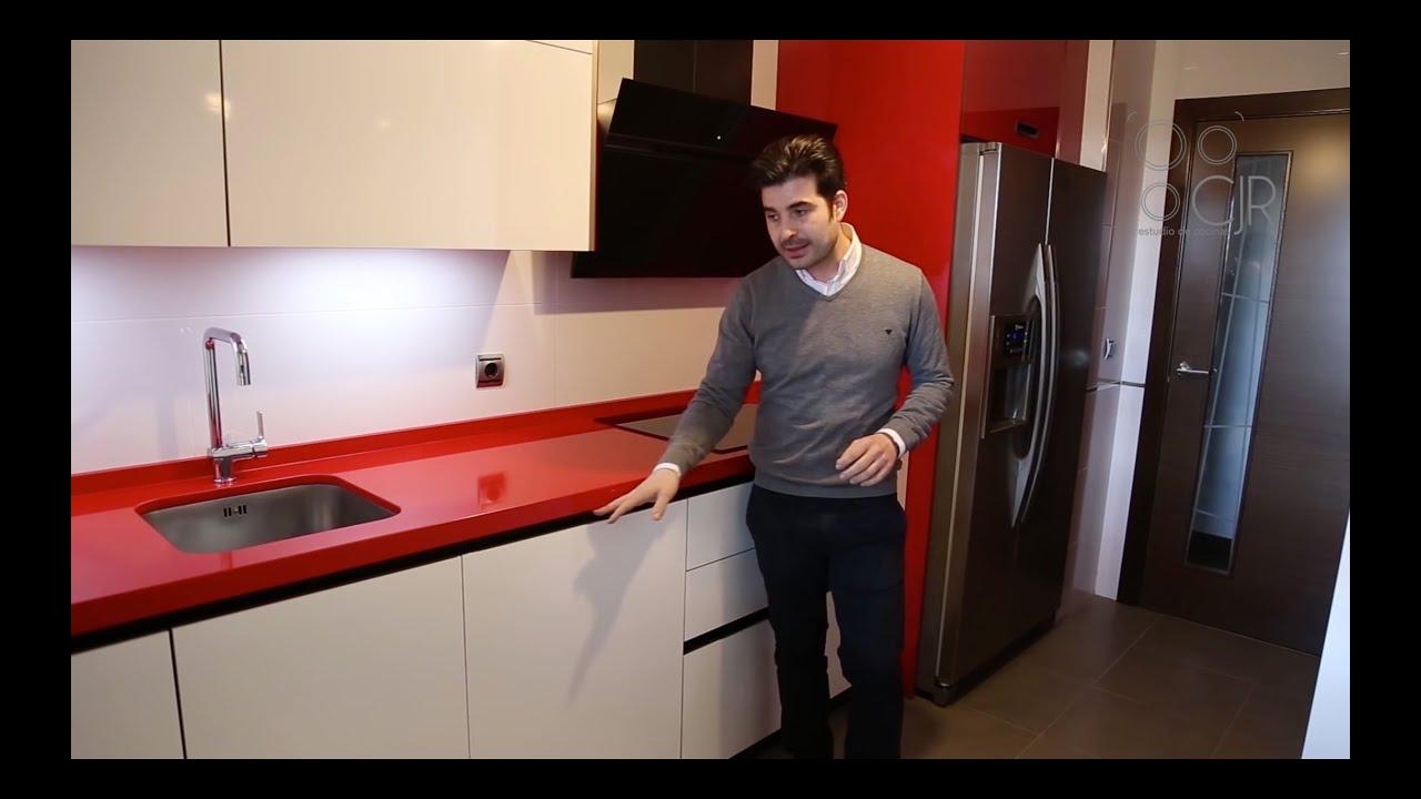 Cocina moderna color blanco y rojo con tirador oculto gola for Cocina blanca encimera roja