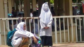 Foto Dua Siswi Sedang Tunggu Jemputan Ini Gegerkan Dunia