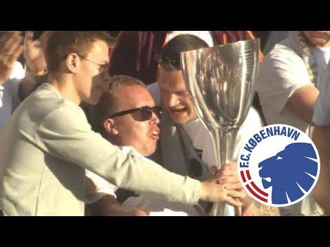 F.C København i en smuk gestus - overrækker pokal til handicappet fan