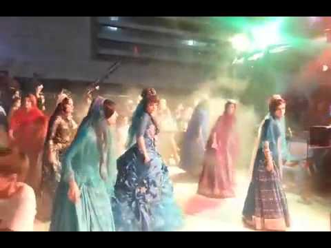 Torki ghashghai ( رقص زیبا و هماهنگ دختران ایل قشقایی با لباس محلی )