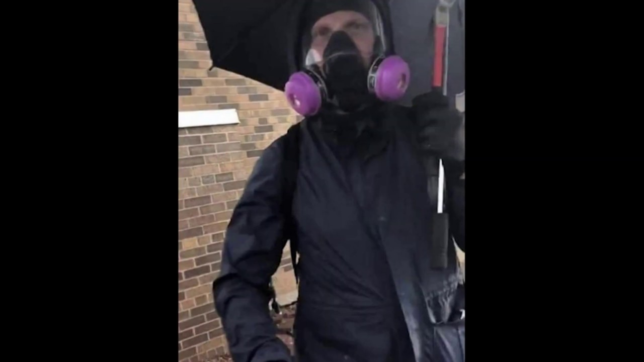 Minneapolis looting & riots - Paid Provocateur? - Is this a cop?