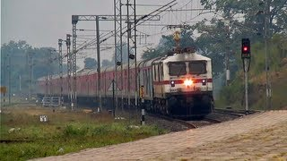 WAP-7 led Crusher SBC Rajdhani glides through Ghoradongri !!