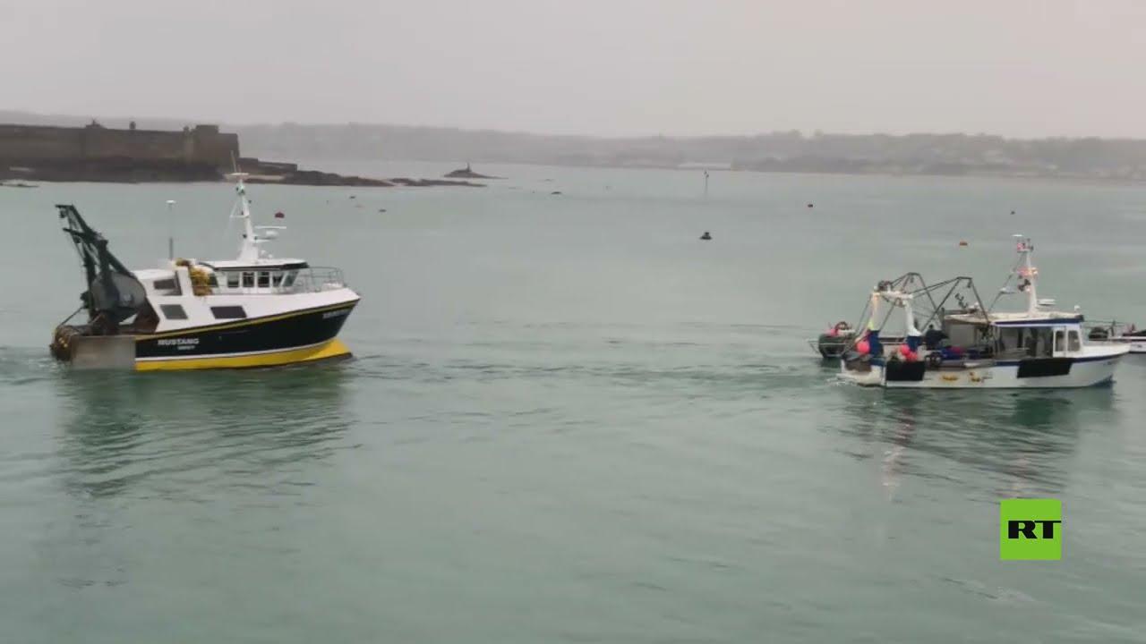 فيديو من ميناء جيرسي الذي أرسلت بريطانيا سفينتين حربيتين إلىه على خلقية احتجاج سفن فرنسية هناك  - نشر قبل 2 ساعة
