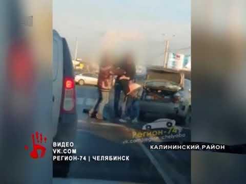 Два водителя подрались на дороге после ДТП