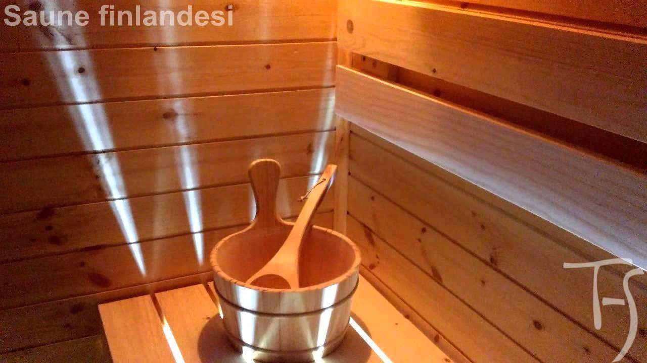 Sauna finlandese con frontale tutto vetro e cielo stellato