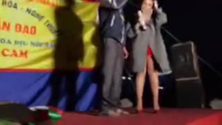 Ca sĩ Mỹ Tâm hát Sầu tím thiệp hồng cùng một bạn trẻ khiếm thị trong đêm Giáng sinh
