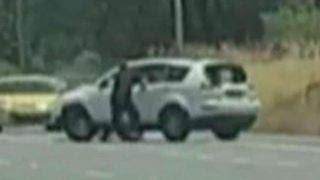 شاهد..بطلان يسيطران على سيارة منفلتة في شارع بأستراليا