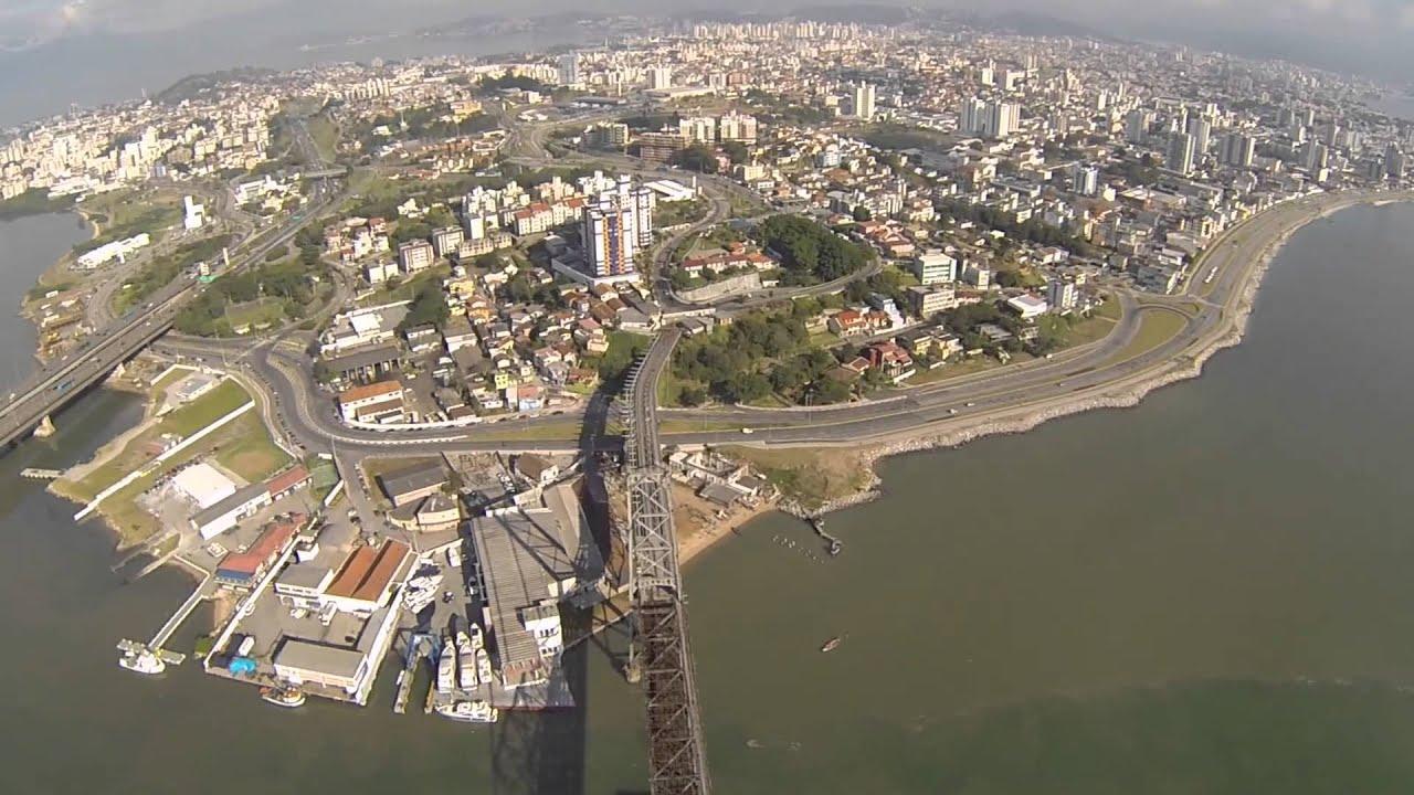 Sobrevoo sobre a Ponte Hercílio Luz em Florianópolis
