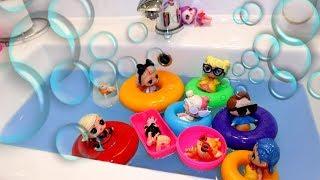 Masha bathes little dolls in the pool