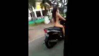 Download Video Tanpa sehelai benang menutupi badan, cewek ini dengan PD keliling kota naik motor MP3 3GP MP4