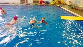 Плавание грудничков в бассейне - Бежим в бассейн по дорожке