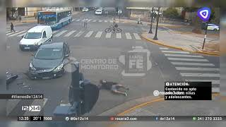Impactante choque entre una moto y un auto en pleno Oroño